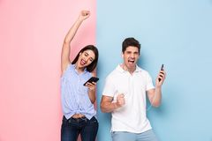 Immagine delle cuffie d'uso felici della donna e dell'uomo che ascoltano il musi immagine stock libera da diritti