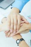 Immagine delle mani delle persone di affari sopra a vicenda come simbolo della loro associazione Fotografia Stock