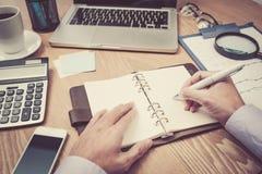 Immagine delle mani di affari con la penna sopra il documento di affari Immagini Stock Libere da Diritti