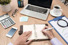 Immagine delle mani di affari con la penna sopra il documento di affari in worki Fotografia Stock Libera da Diritti