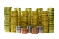 Immagine delle pile delle monete su fondo bianco per il concetto economico di affari fotografia stock libera da diritti