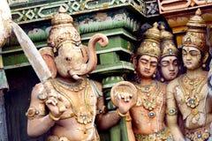 Immagine delle statue sulla torre di gopura del tempio indù HinduTemple, che Immagini Stock