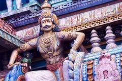 Immagine delle statue sulla torre di gopura del tempio indù HinduTemple, che Fotografie Stock