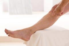 Immagine delle vene varicose primo piano, piede sul punto modulare del bagno Fotografie Stock Libere da Diritti