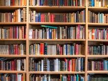 Immagine dello scaffale di libro di legno con i libri fotografia stock