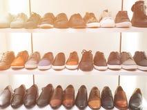 Immagine dello scaffale di negozio con le scarpe del ` s degli uomini Fotografia Stock