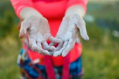 Immagine dello scalatore della donna con talco sulle mani Fotografia Stock Libera da Diritti