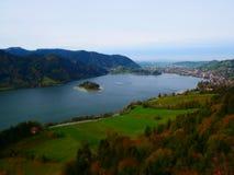 Immagine dello spostamento di inclinazione dell'isola in lago immagini stock