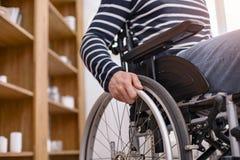 Immagine dettagliata della sedia a rotelle che che è sulla priorità alta Immagini Stock