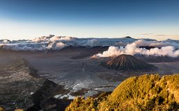 Immagine di alta risoluzione del vulcano magnifico di Bromo del supporto con l'eruzione del fumo ed il fondo nuvoloso fotografie stock libere da diritti