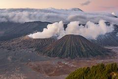 Immagine di alta risoluzione di vista del paesaggio del vulcano del supporto Bromo e di Semeru fotografia stock libera da diritti