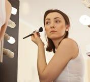 Immagine di bella donna che fa il suo trucco Fotografia Stock Libera da Diritti