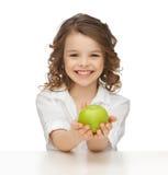 Ragazza con la mela verde Fotografia Stock