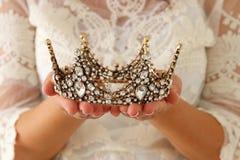 immagine di bella signora con la corona bianca del diamante della tenuta del vestito dal pizzo periodo medievale di fantasia immagine stock