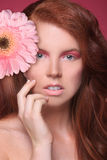 Immagine di bellezza di una donna graziosa e felice Immagini Stock