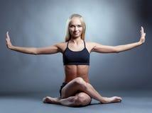 Immagine di bello istruttore sorridente di yoga fotografia stock