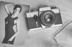 Immagine di carta d'annata con la vecchia macchina fotografica fotografia stock