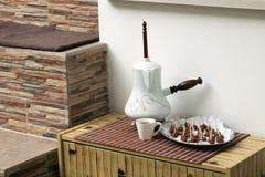 Immagine di cioccolata calda e dei dolci all'officina Immagini Stock Libere da Diritti