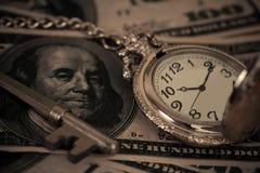 Immagine di concetto dei soldi e di tempo - vecchio orologio da tasca d'argento Fotografia Stock