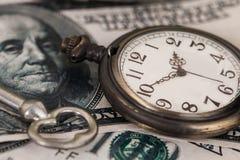 Immagine di concetto dei soldi e di tempo - vecchio orologio da tasca d'argento Immagini Stock