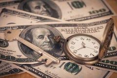 Immagine di concetto dei soldi e di tempo - vecchio orologio da tasca d'argento Immagine Stock