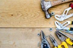 Immagine di Copyspace del martello, insieme delle chiavi, dadi Immagini Stock