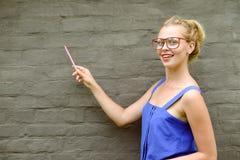 Immagine di Copyspace di giovane indicare sorridente di signora Fotografia Stock