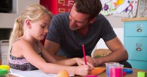 Immagine di And Daughter Coloring del padre nella camera da letto del bambino video d archivio
