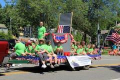 Immagine di divertimento, con gli adulti ed i bambini che guidano un galleggiante nella parata del 4 luglio, Saratoga, New York,  Fotografie Stock