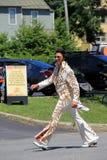 Immagine di divertimento, con il carattere variopinto vestito come Elvis, camminante nella parata del 4 luglio, Saratoga, New Yor Fotografie Stock Libere da Diritti