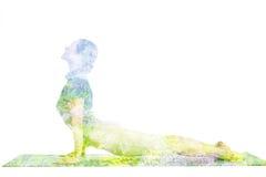 Immagine di doppia esposizione della donna che fa asana di yoga Immagini Stock