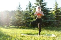 Immagine di forma fisica di pratica dell'atleta femminile Fotografie Stock Libere da Diritti