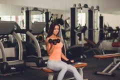 Immagine di giovane atleta femminile in buona salute che fa allenamento di forma fisica Immagine Stock Libera da Diritti