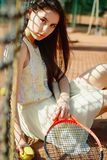 Immagine di giovane bella donna castana che gioca a tennis sul cour Fotografie Stock Libere da Diritti