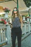Immagine di giovane camminata graziosa spensierata di signora Fotografie Stock