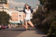 Immagine di giovane donna felice, di musica d'ascolto e di divertiresi Fotografia Stock Libera da Diritti