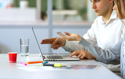 Immagine di giovane gruppo di affari che discute progetto al computer Fotografia Stock Libera da Diritti