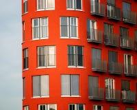 Immagine di grattacielo rosso con le finestre e balconi e ciechi fotografie stock libere da diritti