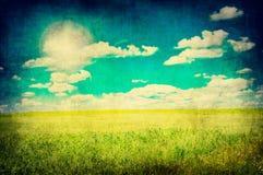 Immagine di Grunge del campo e del cielo blu verdi Fotografia Stock Libera da Diritti