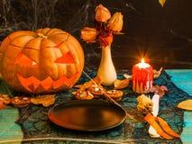 Immagine di Halloween della tavola con la zucca, candela bruciante, immagine stock