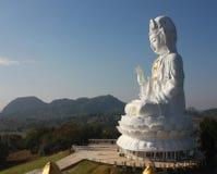 Immagine di Kuan Yin di Buddha con la chiara terra della parte posteriore del cielo Fotografie Stock Libere da Diritti