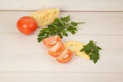 Immagine di maasdam, dei pomodori e del prezzemolo Immagine Stock Libera da Diritti