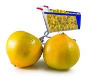 Immagine di molte arance in primo piano del carretto del prodotto fotografia stock