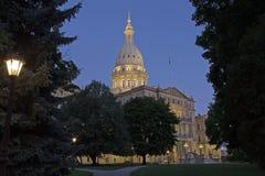 Immagine di notte della costruzione capitale in Lansing Michigan immagine stock
