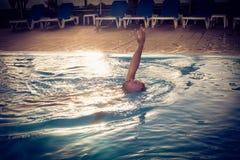 Immagine di nuoto dell'uomo allo scrutinio di nuotata Fotografia Stock Libera da Diritti