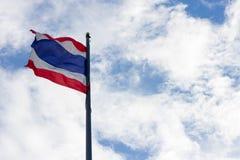 Immagine di ondeggiamento della bandiera tailandese della Tailandia con il fondo del cielo blu Immagine Stock Libera da Diritti
