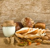 immagine di pane, dei dadi e del yogurt per breakfastst fotografie stock libere da diritti