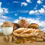 Immagine di panna acida e di pane contro il primo piano del cielo immagine stock libera da diritti