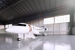 Immagine di parcheggio bianco del getto di Matte Luxury Generic Design Private nell'aeroporto del capannone Pavimento di calcestr Immagini Stock Libere da Diritti