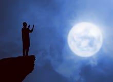 Immagine di pregare dell'uomo della siluetta Fotografia Stock Libera da Diritti